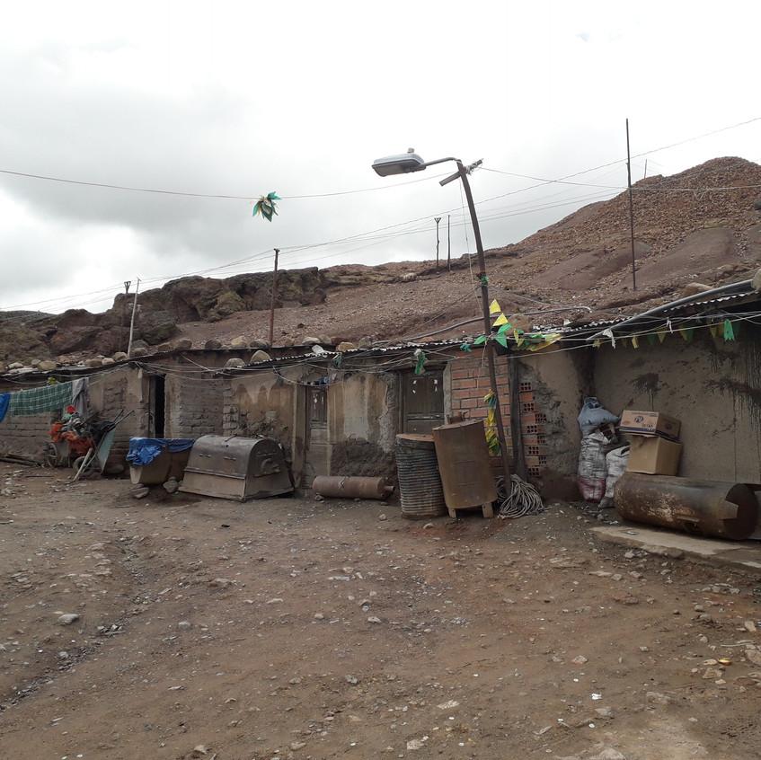 Baracken vor dem Mineneingang