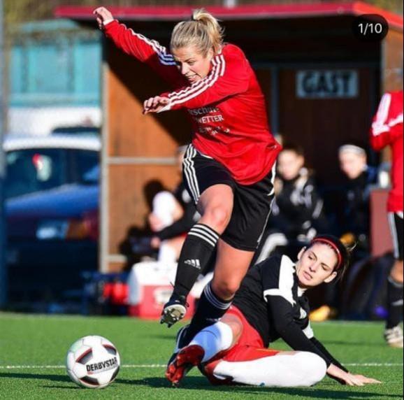 Hart umkämpft war das Spiel des VfB Unzhurst, hier Kapitänin Christiane Hug ( rechts ), gegen den SV Gottenheim. Am Ende reichte es trotz ALLEM. Einsatz leider nur für ein 0:0.