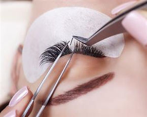 Closeup-of-eyelash-extension-being-place
