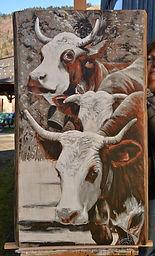 Portrait vache race Abondance peint sur plateau de bois