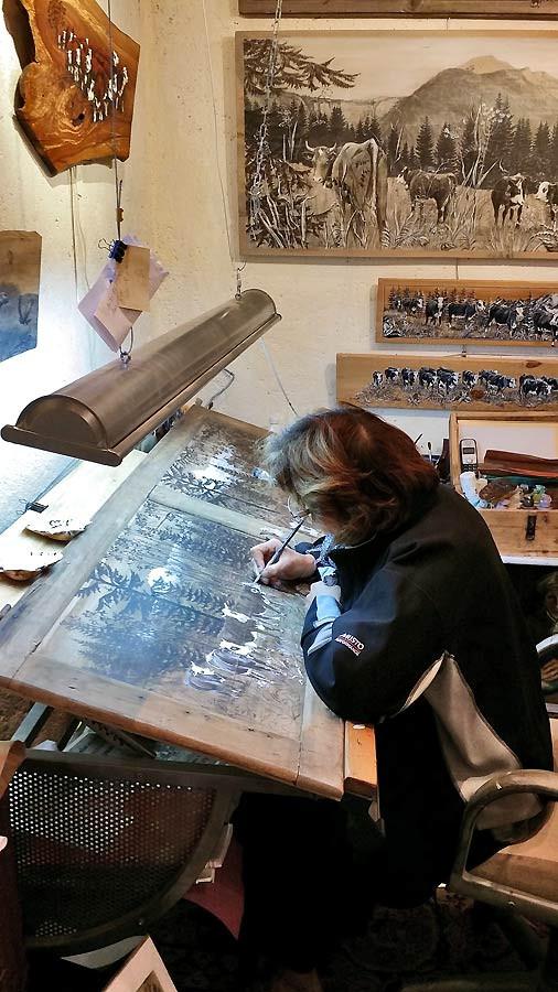 Christine dans son atelier peinture sur porte de placard.