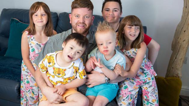 Egyedülálló apaként, hat sérült gyerekkel