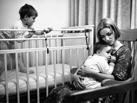 Mit rejt a fotográfus raktára? – az anyaság képekben