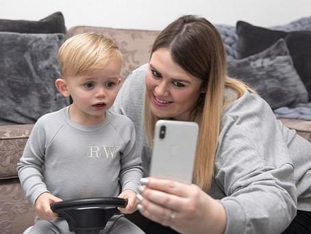 Milliókat keres az egyéves gyerek a neten