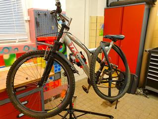 Ein Fahrrad wird repariert