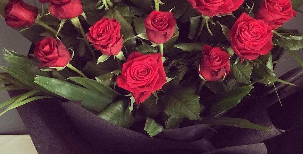 Deluxe roses in hat box- 12 stems