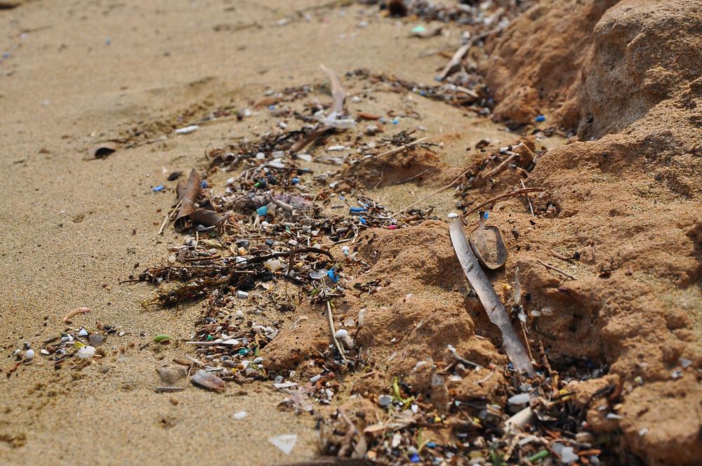 Mikroplastik am Strand im Mittelmeer