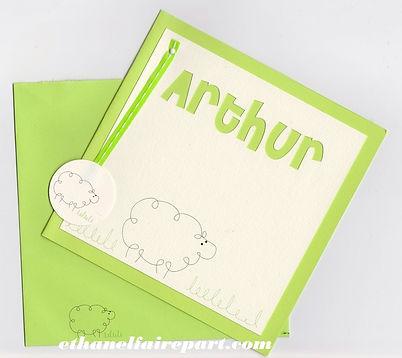 Faire-part naissance ou baptême Mouton: petits moutons sur carte vert anis, ivoire vergé avec un ruban vert.