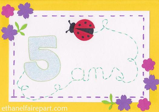 Carte d'invitation anniversaire5ans Léna: fleurs et cocinnelle  violet, fuchsia et jaune.