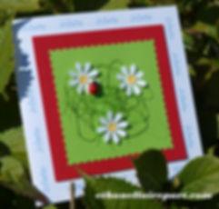 Faire-part naissance ou baptême Marguerites: petites fleurs et cocinelle sur carte verte, rouge et blanche.