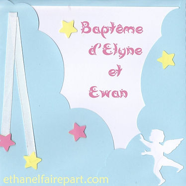 Faire-part naissance ou baptême Nuages d'ange: pochette en forme de nuages, étoiles et petit ange bleu ciel et blanc.