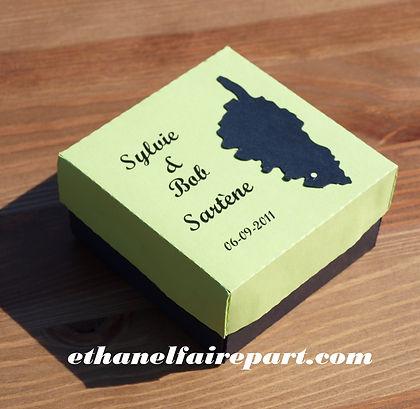 Boite à dragées mariage Île de beauté : carte de la Corse sur boite carré vert anis et noir.