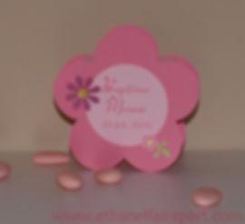 Boite à dragées baptême Grande fleur : boite en forme de fleur rose poudré et rose pastel.