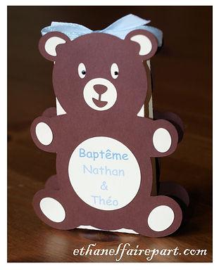 Boite à dragées baptême Ourson: boite en forme d'ours chocolat, ivoire et bleu ciel.