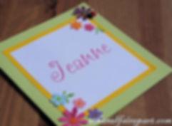Faire-part naissance ou baptême Printemps : fleurs multicolors sur carte jaune, vert anis et blanche.