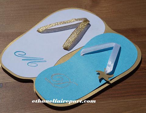Faire-part mariage sur mesure Tongs: carte découpée en forme de tongs bleu turquoise, blanc et or.