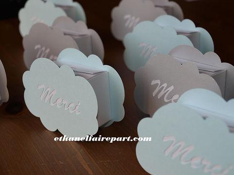 Boite à dragées baptême Nuages: boite en forme de nuage, bleu, blanc et gris métallisé.