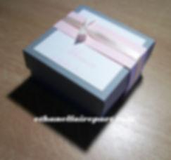 Boite à dragées mariage carré Elégance : boite carré gris acier, ivoire et rose pastel.