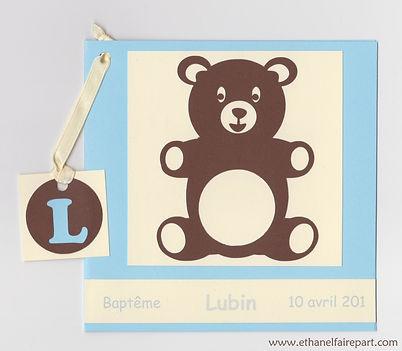 Faire-part naissance ou baptême Ourson: petit ours chocolat sur carte bleu pastel et ivoire.