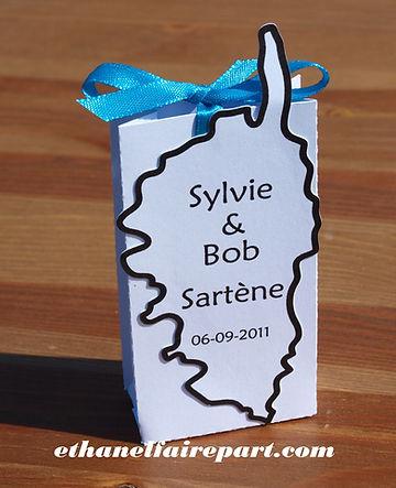Boite à dragées mariage Corse: carte de la Corse sur boite blanche, noire et bleu turquoise.