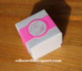 Boite à dragées mariage Raffiné : boite cube argenté et rose suchsia.
