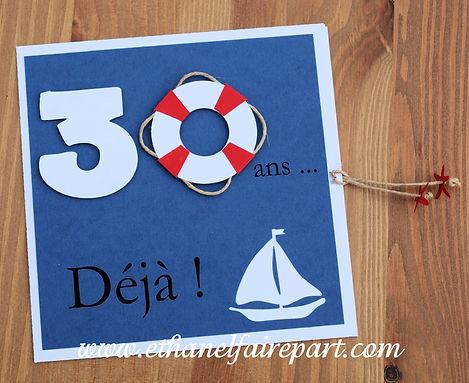 Carte d'invitation anniversaire 30ans Sandy: théme mer, voilier et bouée bleu marine, blanche et rouge.