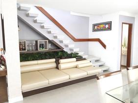 Lounge aproveitando-se a parte inferior da escada, cujo fechamento seria inviável devido a geometria da escada