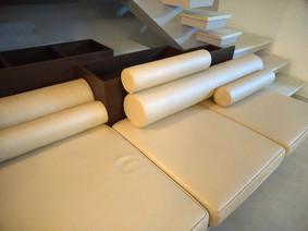Lounge: estofamento pode ser incluso ou separado na nossa execuçao! Projeto detalhando as almofadas é parte da marcenaria.