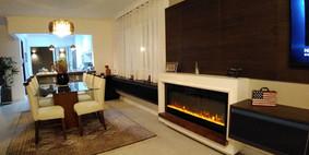 Painel integrando sala de jantar e estar, com lareira elétrica