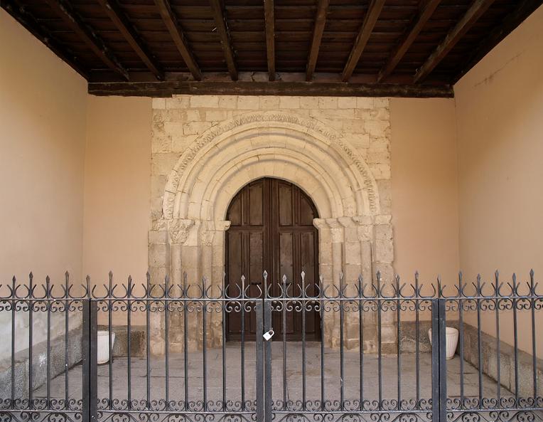 Portada románica de la Iglesia de Villafuerte