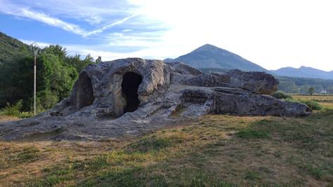 La singular ermita excavada en una roca en Cervera de Pisuerga