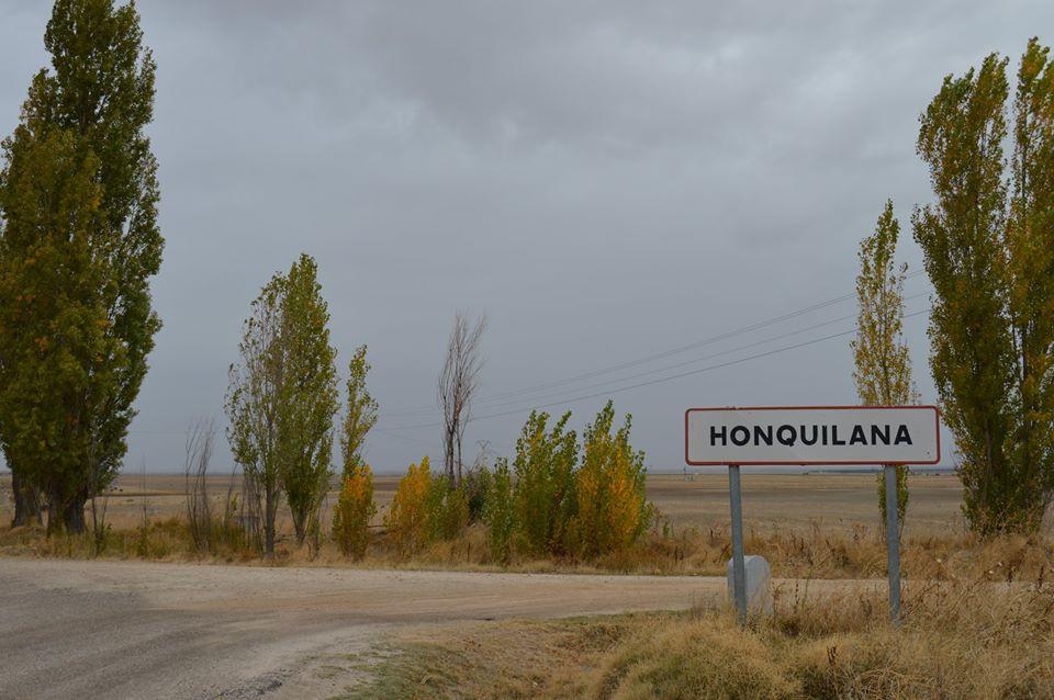Cartel de entrada a Honquilana