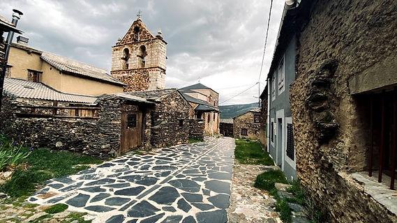 Iglesia y calle de baldosas negras de El