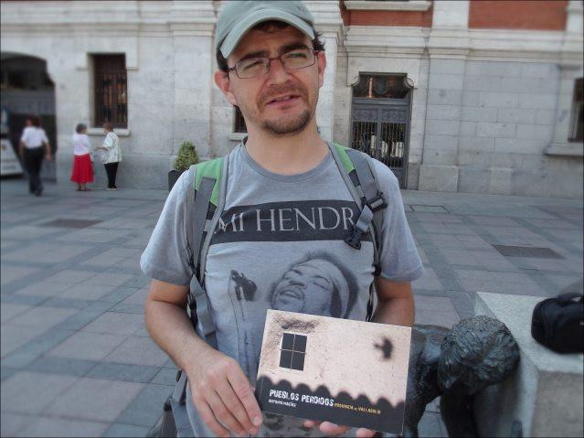 """Antonio Macías mostrando su libro """"Pueblos Perdidos"""""""