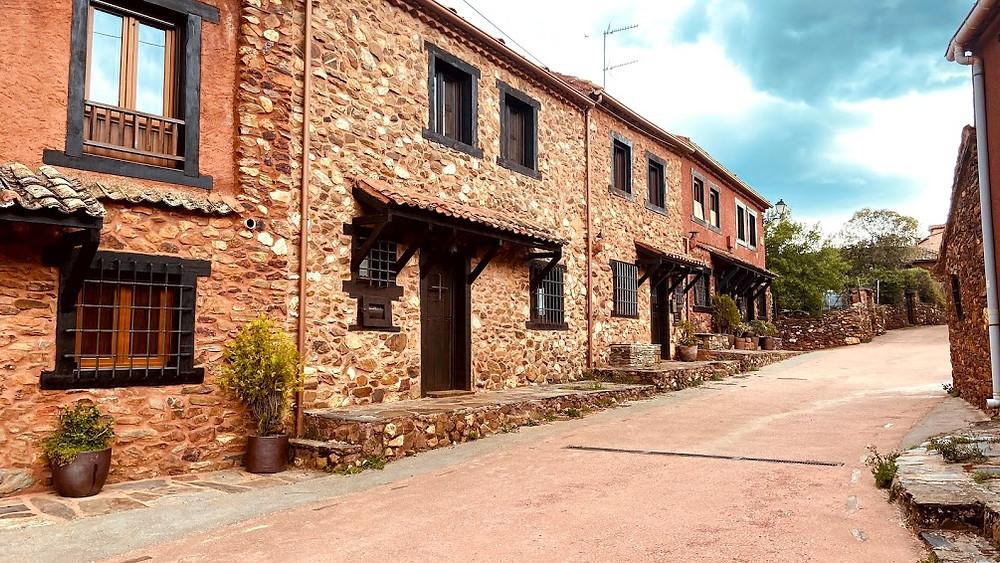 Calles y casas de color rojo de Madriguera