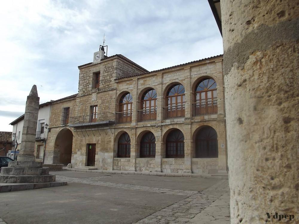 Edificio del Ayuntamiento de Torrelobatón en la Plaza Mayor
