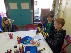 kids_admire puppets