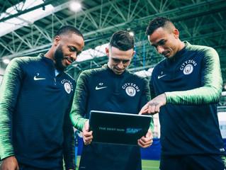 Jugadores del Manchester City analizan los datos que les ofrece la solución de SAP.