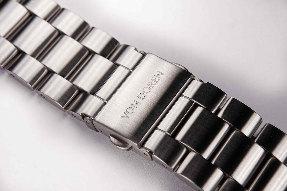 Rengjøring av stållenke på klokke