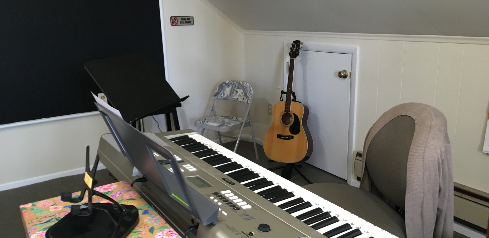 voice studio with keyboard and guitar.JP