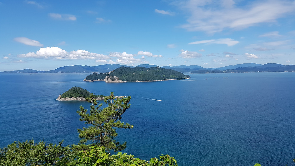 Blue sea and green mountains