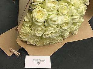 букет белах роз, букет белых роз в крафт упаковке, заказать букет  белых роз