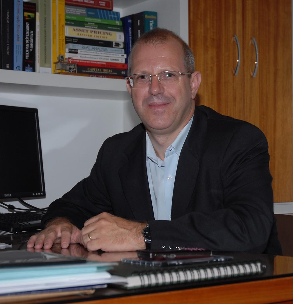 Autor: Marco Antônio dos Santos Martins. Professor do DCCA da Faculdade de Ciências Econômicas da UFRGS, Doutor em Administração, com ênfase em Finanças e Mestre em Economia pela UFRGS.