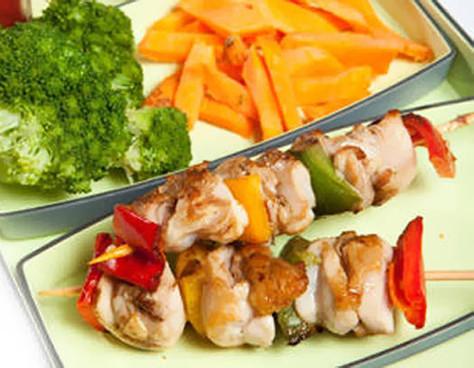 Brochetas de pollo y vegetales