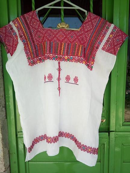 Concurso Award-winner Hand-embroidered Linen Huipil $3,500 pesos plus shipping (mas envio)