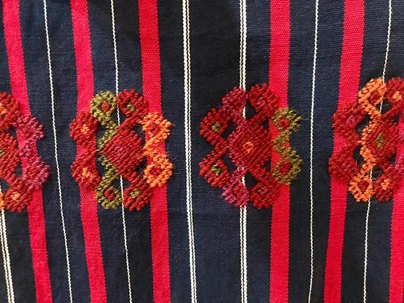 Close-up/Primer plano -- Brocade table cloth $4,000 pesos plus shipping (mas envio)