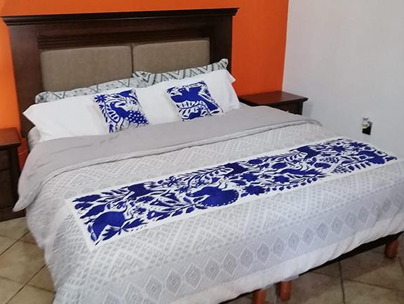 Otomi Hand-embroidered Table or Bed Runner Purple $1500  más gastos de envío (mas envio)