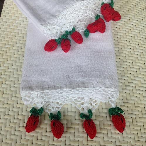 Handtuch mit gehäkelten Erdbeeren