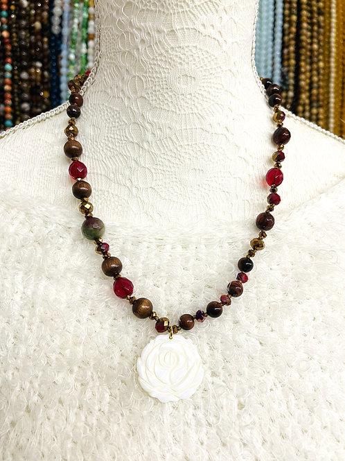 Collier pierres fines, cristal et bois avecpendentif fleur nacre.