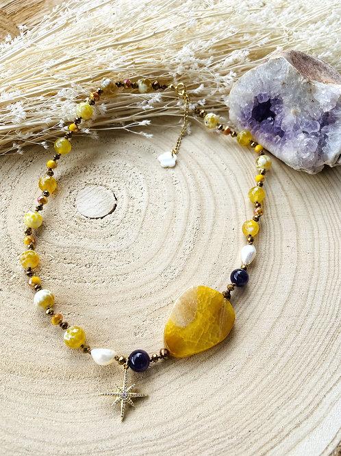 Collier pierres fines etcristal, avec pendentifétoile.